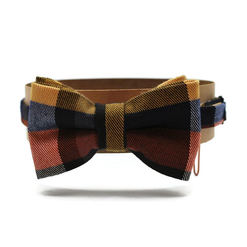 Voici le noeud papillon From scotland with love en laine à motif écossais aux couleurs bleues, jaune, marron et blanc.