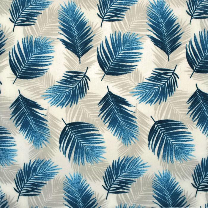 Voici un aperçu du tissu de la collection Palm Springs qui est en coton blanc avec un motif tropical de feuilles de palmes beige et bleu turquoise.