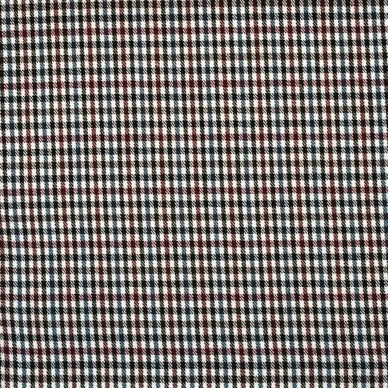 Voici un aperçu du tissu de la collection Petit Ecossais qui est une laine à carreaux bleu, rouge et noir, sur fond blanc.
