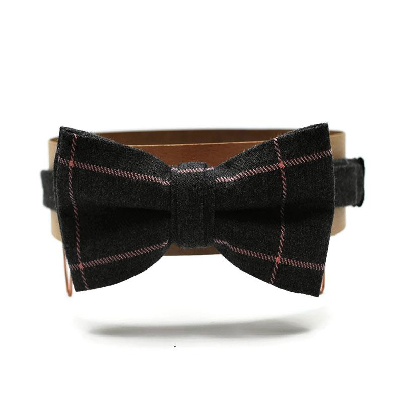 Voici le noeud papillon Sérieusement Victor, en laine à motif écossais gris et rose pâle.