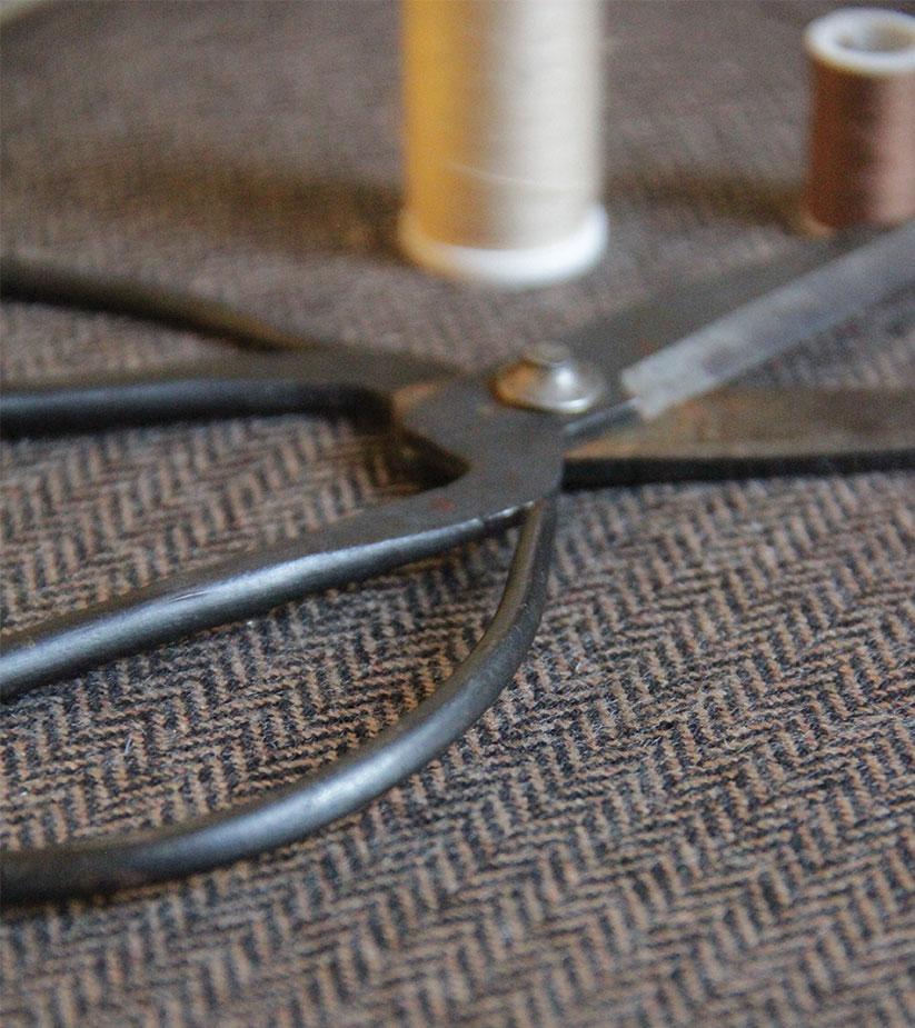 Paire de ciseaux ancien et tissu en tweed.
